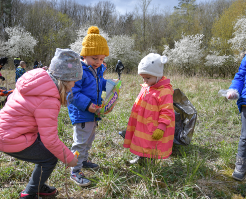 Human Waste Zone, zgrana paka przedszkolaków, zbieranie śmieci, sprzątanie lasu, puszcza wkrzańska, na świeżym powietrzu